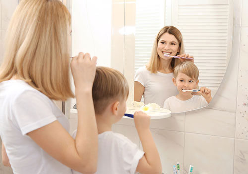 Brossage des dents avec les parents